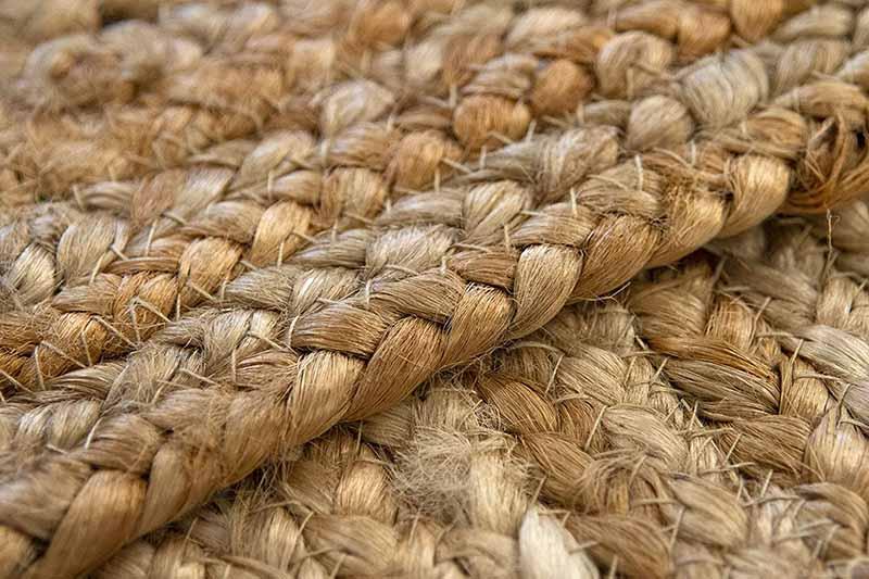 Detalle de alfombra de tejido natural tipo yute