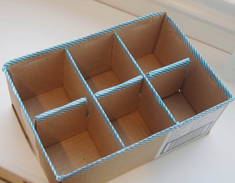 Caja de cartón reciclada con compartimento DIY y washi tape en los bordes