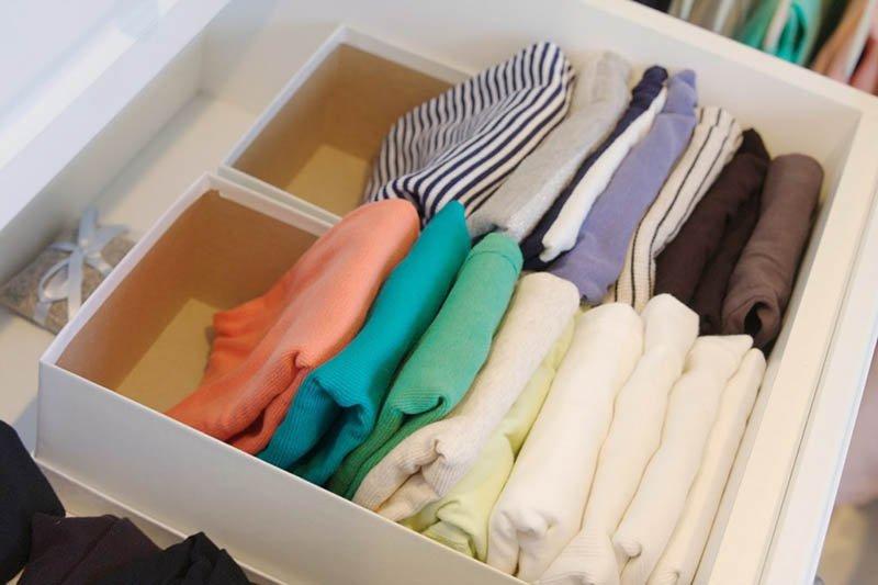 Cajón con camisetas ordenadas en vertical dentro de caja de zapatos