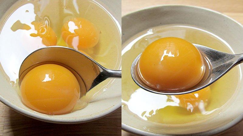 Separar la yema de las claras del huevo con una cuchara sopera