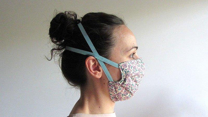 Chica de perfil con mascarilla de tela hecha en casa
