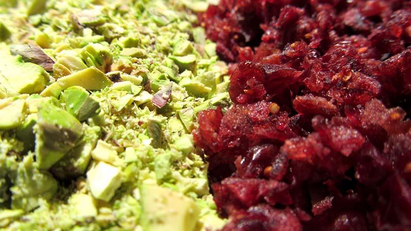 detalle de pistachos y arándanos desecados picados