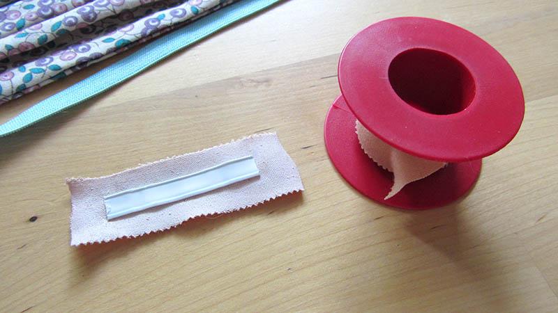 Proteger el alambre para poner en la mascarilla forrándolo con esparadrapo