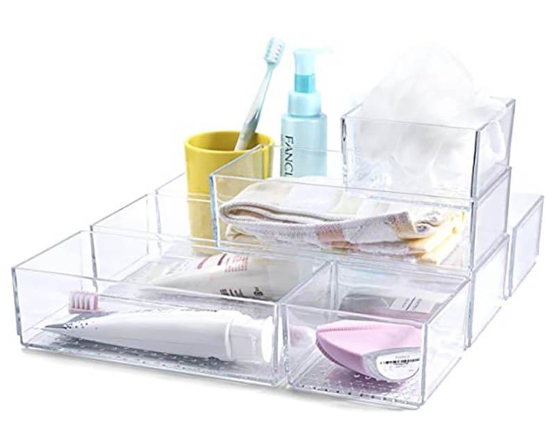 Organizador de cajones de plástico transparente con productos de baño dentro