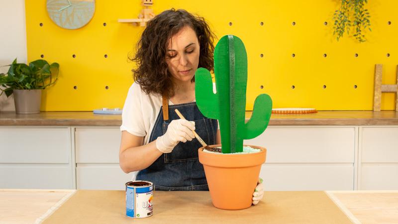 Pintado de la base del cactus con esmalte