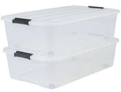Dos cajas de plástico transparente con ruedas para guardar ropa bajo la cama