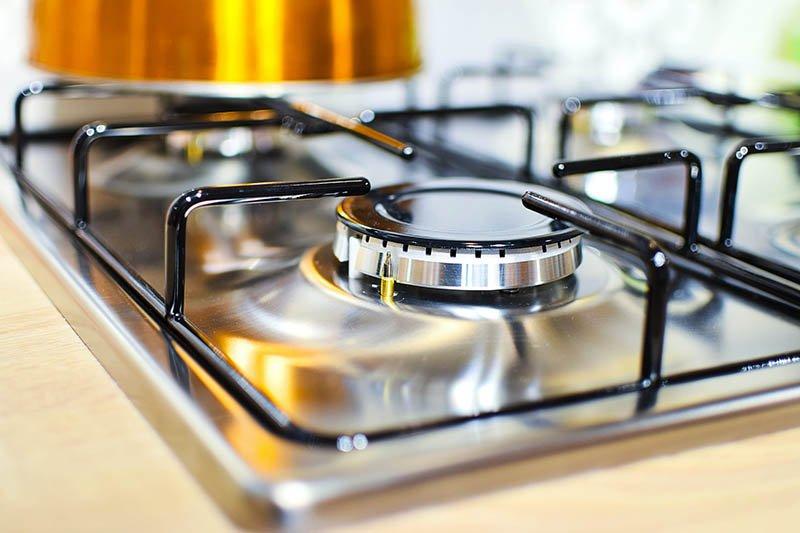 Detalle de una cocina de gas de acero inoxidable