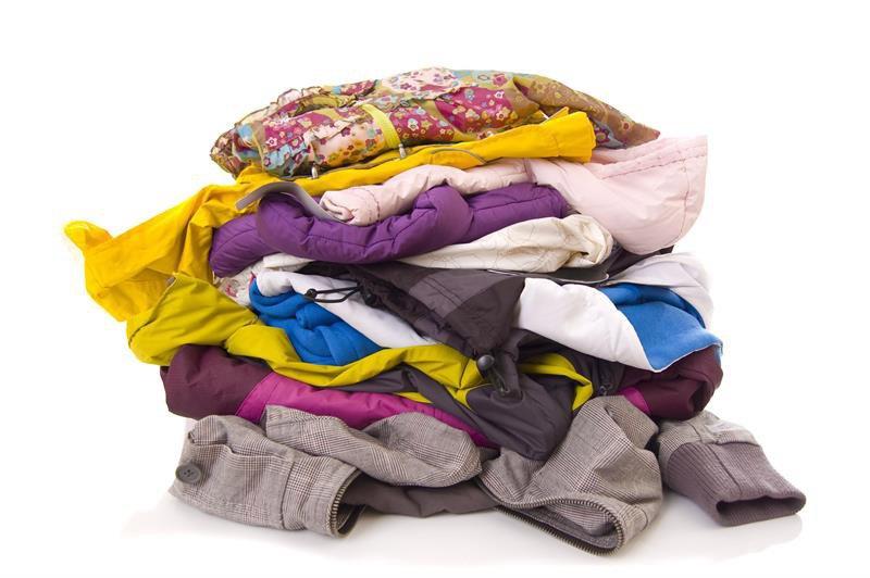 Montón de ropa de colores lista para hacer el cambio de armario