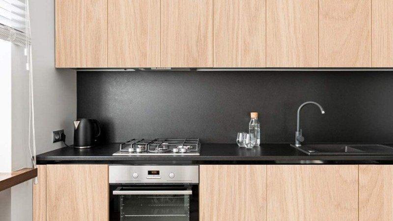 Muebles de cocina con vinilo autoadhesivo de efecto madera