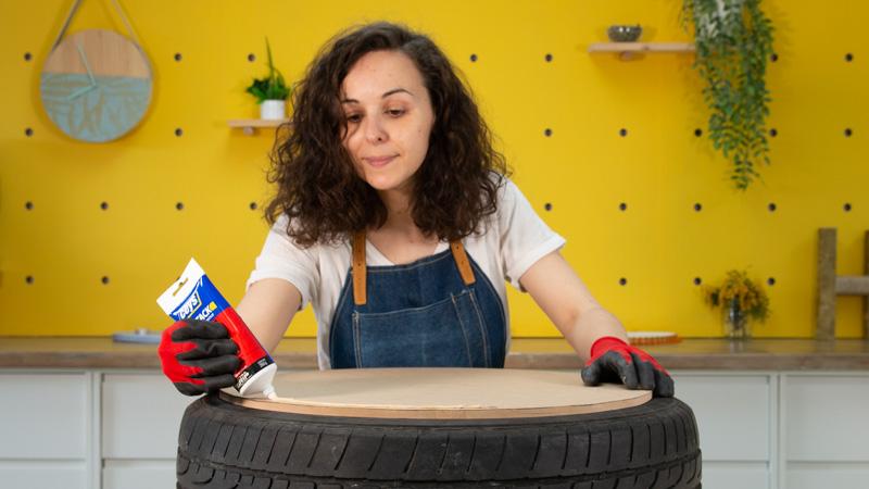 Aplicación de adhesivo de montaje para pegar la cubierta de madera sobre el neumático