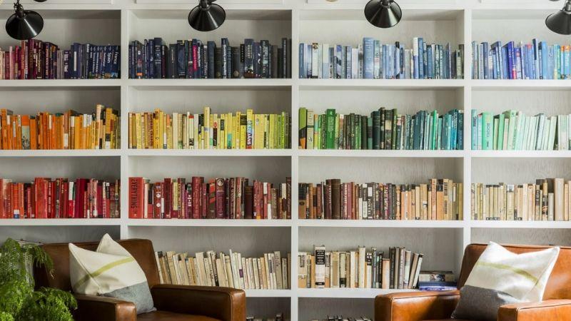 Librería organizada por colores