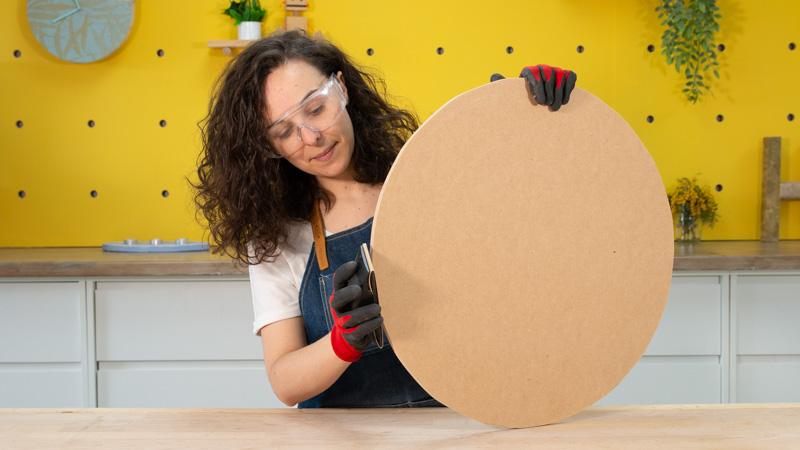 Lijado de una pieza circular de madera