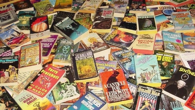 Libros esparcidos en el suelo