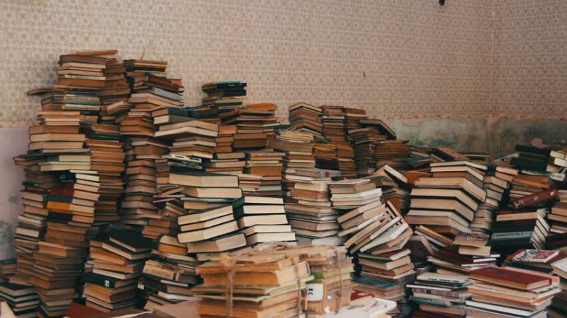 Pon tus libros en el suelo y decide cuáles te quedas