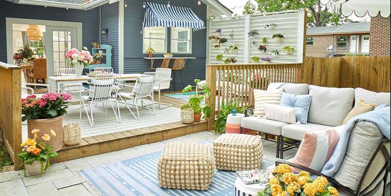 Pequeño jardín decorado con textiles de tonos claros