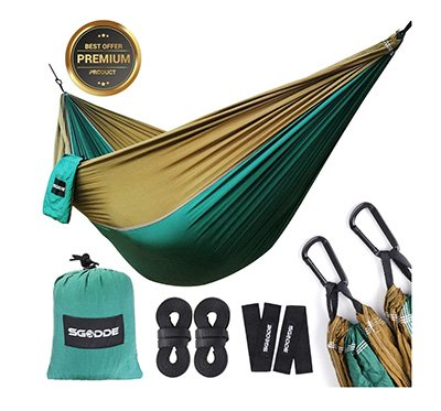 Hamaca de camping ultraligera de tela de paracaidas verde y ocre con accesorios para colgarla
