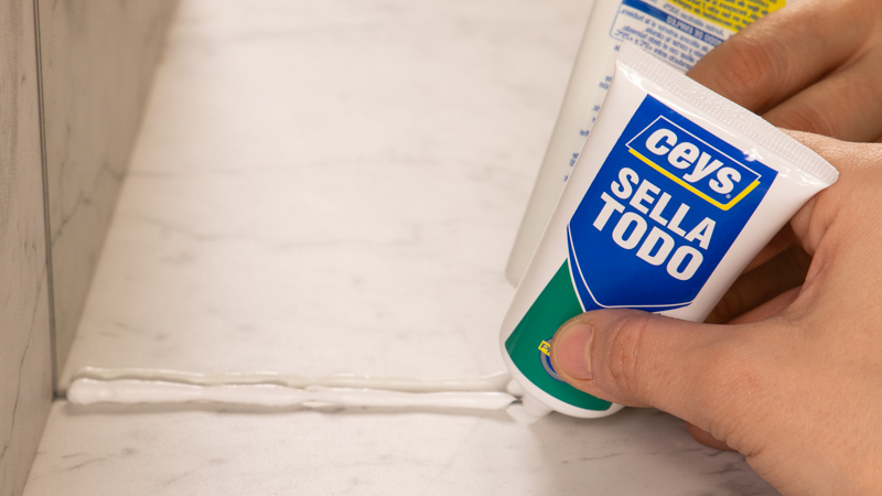Aplicación silicona Sellatodo de Ceys en la junta de un espejo