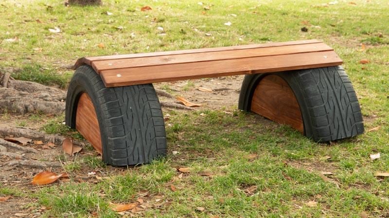 Banco hecho con un neumático y madera