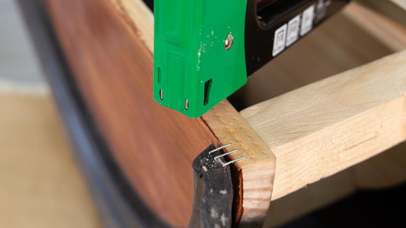 Grapado de la estructura interna de madera a las mitades del neumático para crear las patas