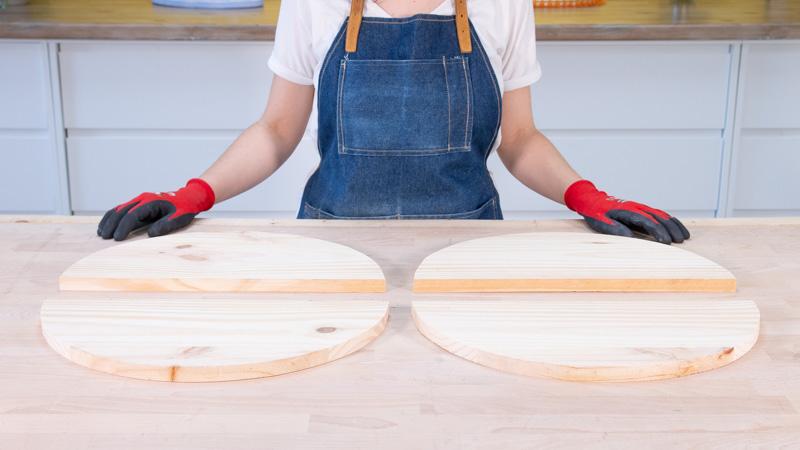 Piezas semicirculares de madera que formarán las patas del banco exterior