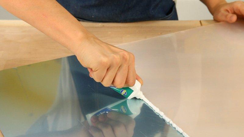 Aplicación de la silicona Sellatodo de Ceys sobre una junta entre superficies plásticas