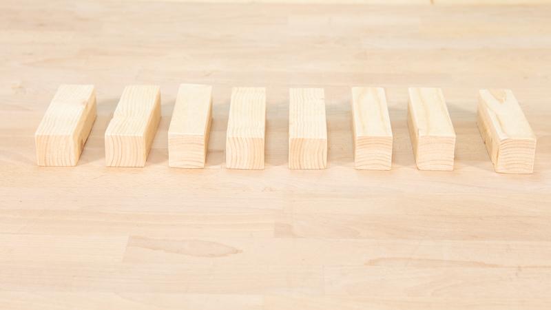 Tacos de madera que fortalecerán la estructura interna del banco para el jardín con un neumático