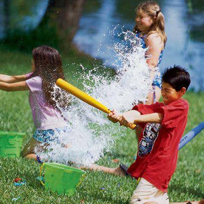 Jugar al beisbol con globos de agua