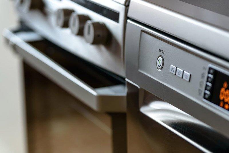Detalle de un horno y un lavavajillas metálico