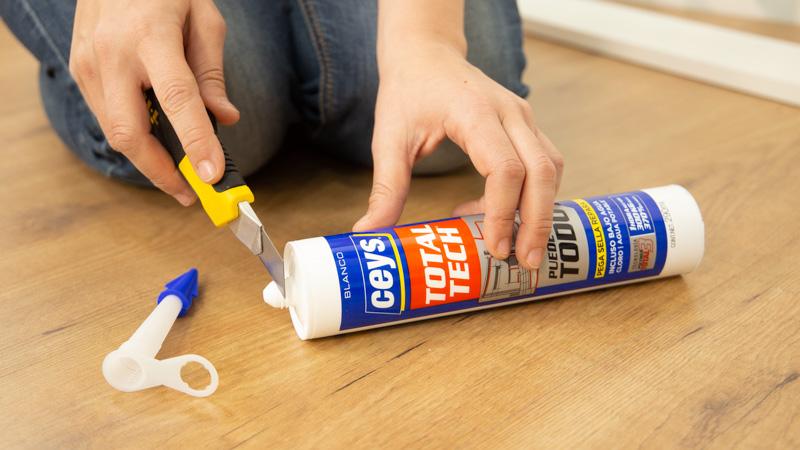 Preparación del cartucho de adhesivo para el pegado de un rodapié