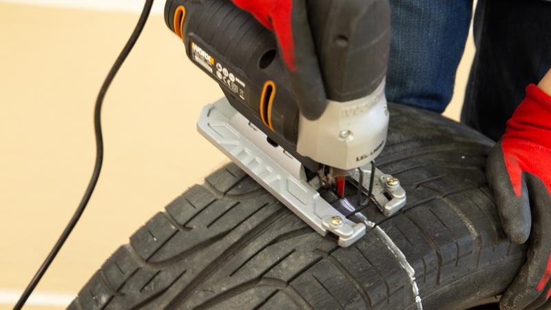 Corte transversal de un neumático para hacer las patas de un banco de jardín