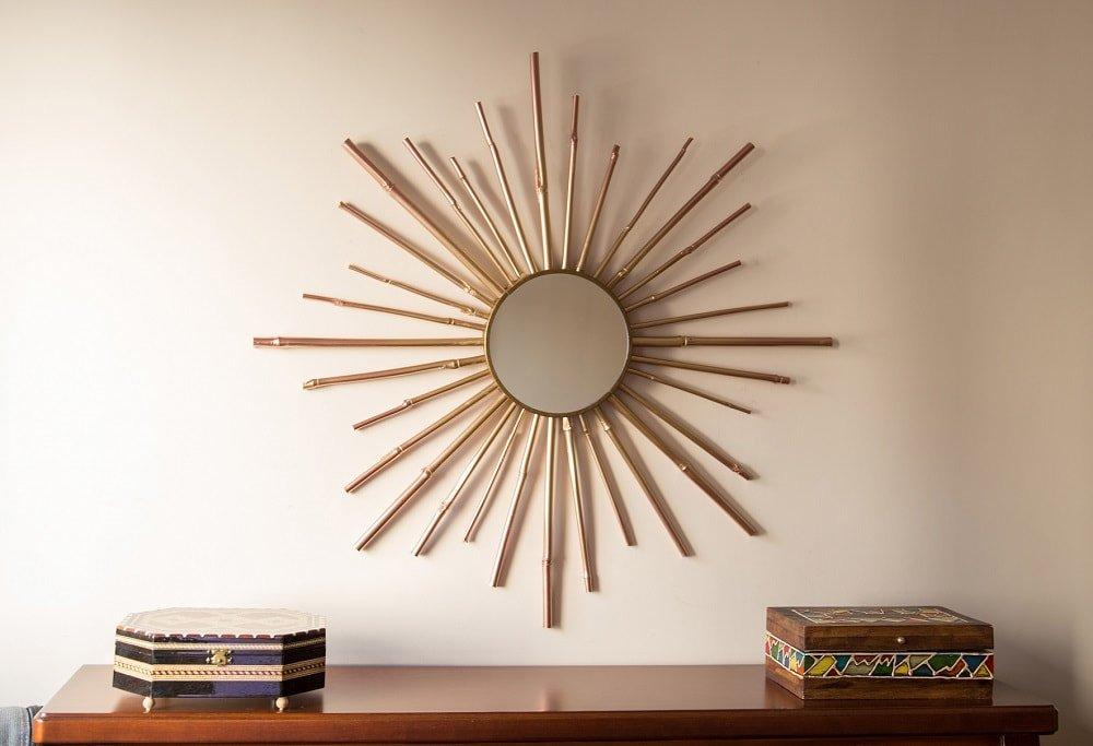 Espejo con forma de sol hecho con cañas de bambú