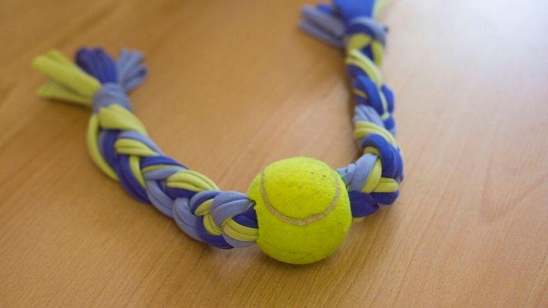 Jueguete de trapillo con una pelota de tenis DIY