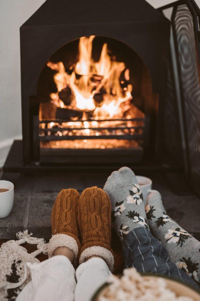 Familia disfrutando de la chimenea encendida