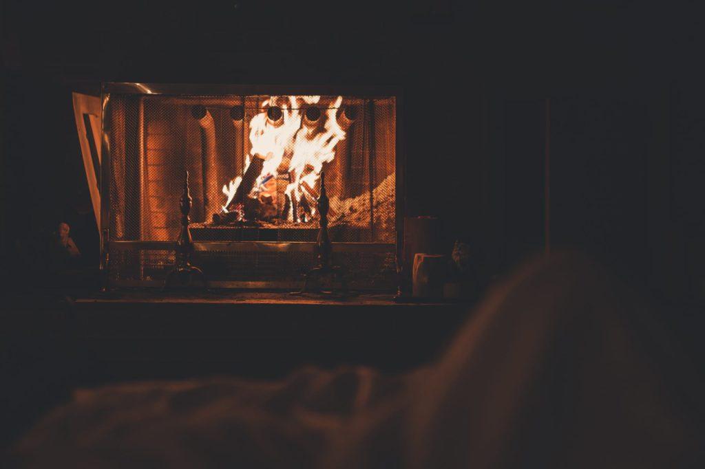 Chimenea encendida en el salón