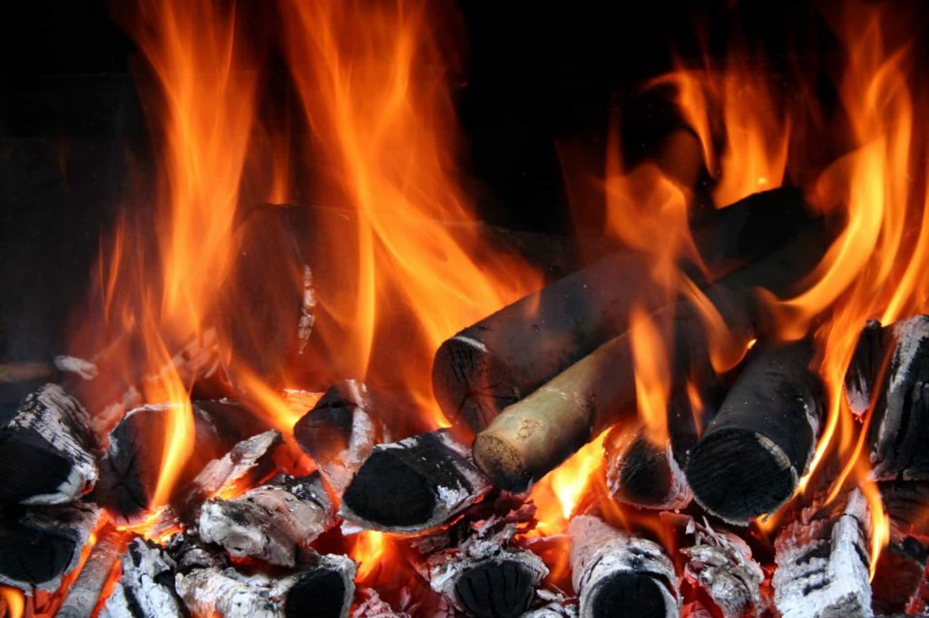 Leños ardiendo en una chimenea