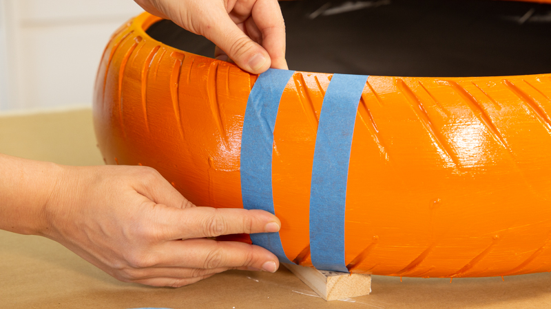 Colocación de cinta de carrocero antes de pintar un neumático reciclado