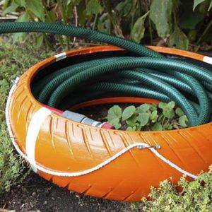 Guardamangueras casero hecho con un neumático