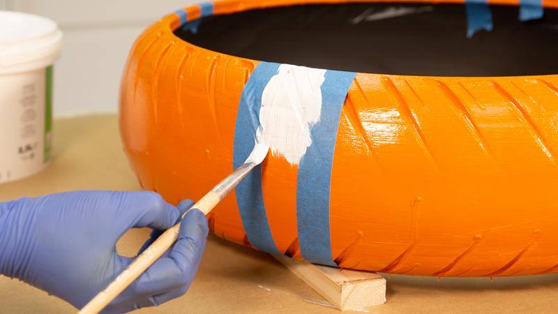 Pintado de una franja vertical blanca sobre la superficie del neumático