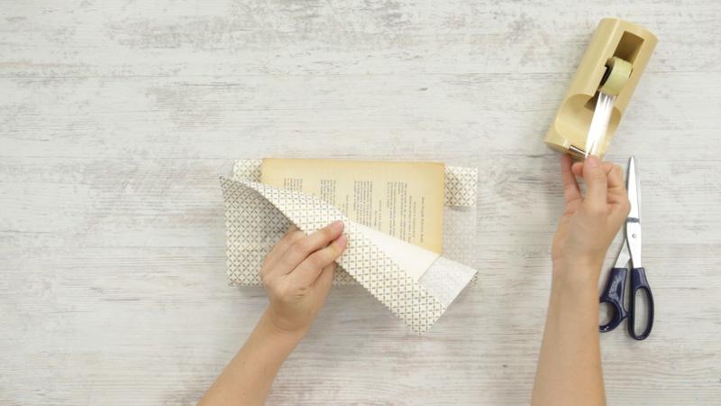 Pasa a la contraportada y fija el papel por la parte interior