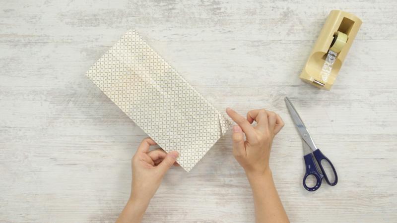 Recorta el papel cercano al lomo para poder doblar las solapas