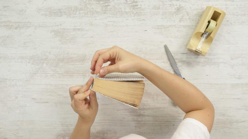 Fija el papel en la parte del lomo para reforzar