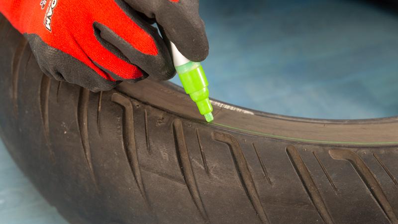 Línea de corte en la goma de un neumático reciclado