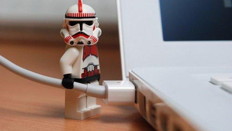 Muñeco LEGO sujetando un cable