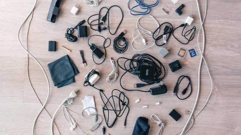 Cables y cargadores esparcidos por el suelo