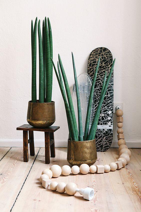 Cable decorado con piezas de madera
