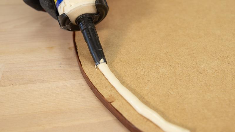 Aplicación de adhesivo de montaje para pegar la cubierta de la mesita