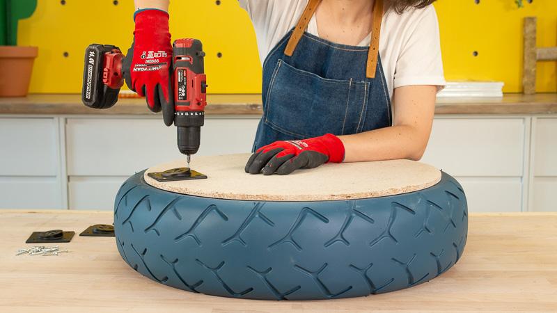 Realización de los agujeros para colocar las patas en la mesita