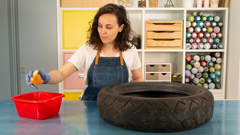 Limpiar el neumático con quitagrasas