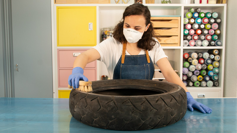 Usando una mascarilla durante la limpieza del neumático