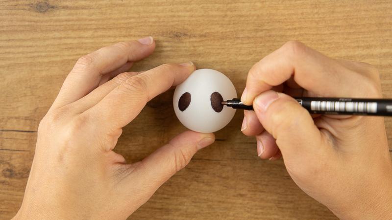 Decoración de una pelota de pimpón para crear fantasmas caseros para Halloween